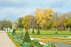 Den fridsamma sikten av hösten parkerar med gräsmatta i Berlin, Tyskland Royaltyfria Bilder