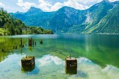 Den fridsamma sjön av Hallstatt, Österrike Arkivfoto