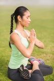 Den fridsamma sportiga kvinnan som gör lotusblomman, poserar Royaltyfri Fotografi