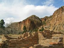 Den Frijoles kanjonen f?rd?rvar p? Bandelier den nationella monumentet royaltyfria bilder