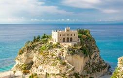 Den fristadkyrkaSanta Maria dellen Isola vaggar överst, Tropea, Ita fotografering för bildbyråer