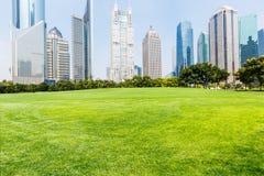 Den främre gräsmattan av den stads- konstruktionen Royaltyfria Foton
