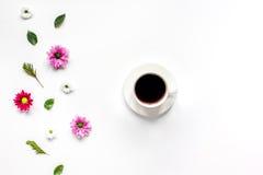 Den Froral lägenheten lägger med modellen för den bästa sikten för koppen kaffe royaltyfri bild