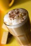 den frothy lattemacchiatoen mjölkar Fotografering för Bildbyråer