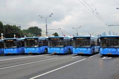 Den första Moskva ståtar av stadstransport Stadsbussar Arkivfoton