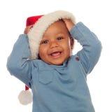 Den förtjusande afrikanen behandla som ett barn med julhatten Arkivfoton