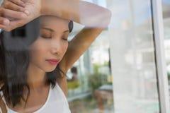 Den frustrerade affärskvinnan med ögon stängde sett igenom exponeringsglas Royaltyfria Foton