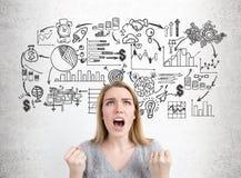 Den frustrerade affärskvinnan och affären skissar Arkivbild