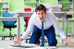 Den frustrerade affärsmannen som är stressad från överdrivet arbete royaltyfri bild