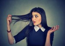 Den frustrerade kvinnan förvånade henne förlorar hår, högt hårfäste Arkivbild
