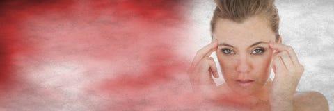Den frustrerade kvinnan fingrar på tempel och oskarp röd övergång Royaltyfri Bild