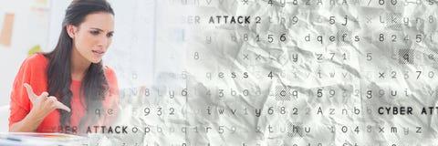 Den frustrerade kvinnan på datoren med grå färger ilar techövergång Arkivbilder