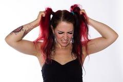 Den frustrerade punkrockflickan drar hår royaltyfri fotografi