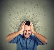 Den frustrerade stressade mannen som förargas, har för många tankar med hjärnan som smälter in i linjer Royaltyfri Foto
