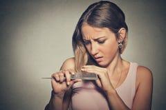 Den frustrerade unga kvinnan förvånade henne förlorar hår, märkt kluvna hårtoppar Arkivfoto