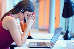 Den frustrerade unga kvinnan som håller ögon, stängde sig och masserar näsan Arkivfoton