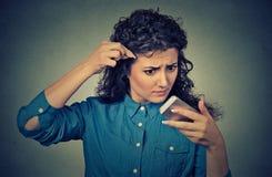 Den frustrerade upprivna unga kvinnan förvånade henne förlorar hår Royaltyfri Fotografi