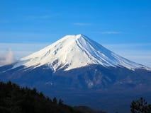 Den Fuji bergöverkanten fyllde med bakgrund för vit snö och för blå himmel royaltyfri fotografi
