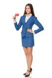 Den fulla längden av att le kreditkorten för mellanrumet för visningen för affärskvinnan i blått passar, isolerat över vit bakgru arkivfoto