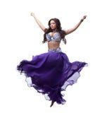 Orientalisk dansare i liladräkt Royaltyfri Fotografi