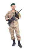 Den fulla längdståenden av den unga mannen i armé beklär att rymma en weap Royaltyfria Foton