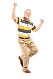 Den fulla längdståenden av en lycklig mitt åldrades att göra en gest för gentleman Royaltyfri Foto