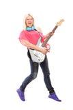 Den fulla längdståenden av ett kvinnligt vaggar banhoppning och att spela för stjärna royaltyfri foto
