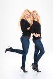 Den fulla längdståenden av lyckliga systrar kopplar samman Arkivbilder