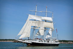 den fulla segelbåten seglar Arkivbilder