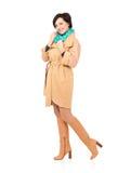Den fulla ståenden av den lyckliga kvinnan i nedgång täcker med den gröna scarfen Fotografering för Bildbyråer