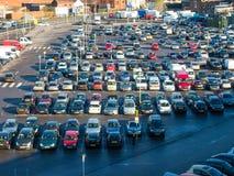 Den fullsatt staden centrerar lönen och visar parkeringshuset Arkivbilder
