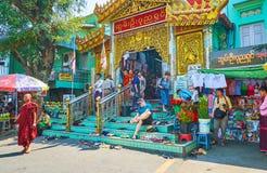Den fullsatta ingången till snart Oo Ponya Shin Pagoda, Sagaing arkivbild
