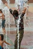 Den fullständigt beklädde mannen får Triumphantly blött i den Atlanta springbrunnen Arkivbild