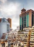 Den fullständiga kontrasten av gamla byggnader och modern arkitektur i D Royaltyfria Bilder