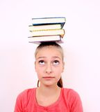 Den fundersama flickan med bokar på huvudet Royaltyfri Bild