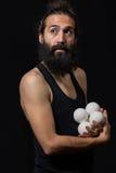 Den fundersamma cirkusjonglören som efterapar med hans jonglera, klumpa ihop sig royaltyfri fotografi