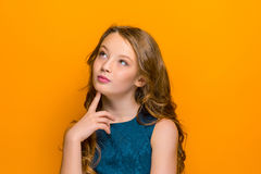 Den fundersamma framsidan av den lyckliga tonåriga flickan Royaltyfria Foton