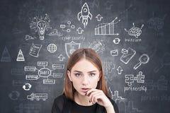Den fundersamma unga studenten, affärsstrategi skissar arkivfoton