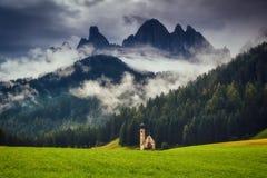 Den Funes dalen, Santa Maddalena i nationalparken Puez Odle fotografering för bildbyråer