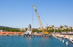 Den funktionsdugliga kranen i den gamla hamnen, Barcelona, Spanien. Arkivbild