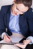 Den funktionsdugliga kvinnan talar på telefonen Arkivfoto