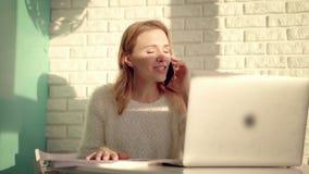 Den funktionsdugliga kvinnan tycker om mobil konversation Gladlynt flicka som arbetar med dokument lager videofilmer