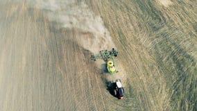 Den funktionsdugliga traktoren sår fältet, bästa sikt lager videofilmer