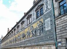 Den furstliga processionen Fyurstentsug - berömda belade med tegel väggpaneler i Dresden, Tyskland royaltyfri bild