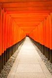 Den Fushimi Inari relikskrin inget centrerade mellersta Torii royaltyfria bilder