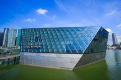 Den futuristiska byggnaden av det Louis Vuitton lagret i Marina Bay Fro royaltyfri fotografi