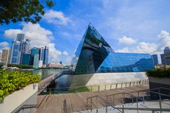 Den futuristiska byggnaden av det Louis Vuitton lagret i Marina Bay Fro arkivbild