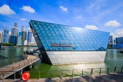 Den futuristiska byggnaden av det Louis Vuitton lagret i Marina Bay Fro royaltyfri foto