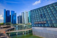 Den futuristiska byggnaden av det Louis Vuitton lagret i Marina Bay Fro fotografering för bildbyråer