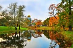 Den Fyodorovsky domkyrkan och gula träd för höst reflekterade i en pon Royaltyfri Bild